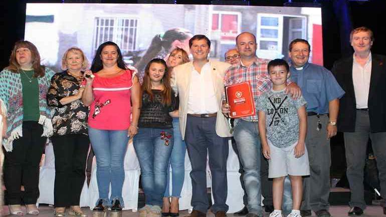 El intendente Cravero junto a su esposa, la viceintendenta y el padre Camusso participaron del acto de entrega de la vivienda n° 255 en 75 meses de gestión (Municipalidad de Arroyito)