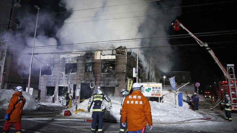 Los bomberos trabajan en un incendio en Sapporo, al norte de Japón. Medios japoneses dicen que 11 personas murieron en un incendio que envolvió un hogar para personas mayores que reciben asistencia social en el norte de Japón. El incendio comenzó antes de la medianoche del jueves en Sapporo, la ciudad principal de la isla de Hokkaido. (AP)