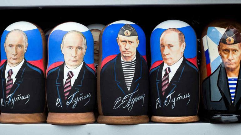 Muñecas matryoshkas de madera tradicionales rusas que muestran al presidente ruso, Vladimir Putin, a la venta en una tienda de souvenirs callejera en Moscú. (AP Photo / Alexander Zemlianichenko, archivo)