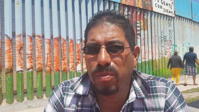 Saúl no se puede adaptar a vivir de nuevo en México. Quiere volver a EE.UU. con su familia.
