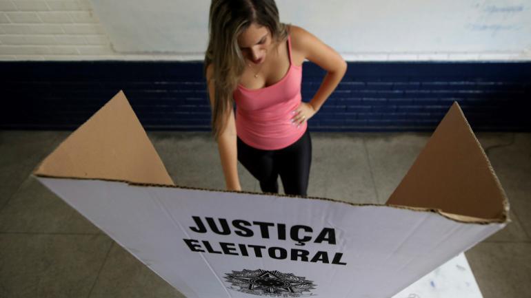 Millones de brasileños están votando este domingo para elegir a su nuevo presidente (AP).