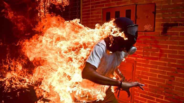 LA GANADORA. El fotoperiodista venezolano Ronaldo Schemidt recibió el premio World Press Photo por esta fotografìa tomada durante una manifestación en Caracas. (Télam)