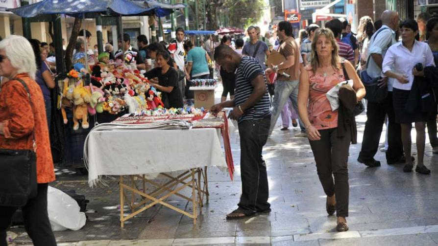 VENTA AMBULANTE. La proliferación de vendedores en las calles (Facundo Luque).