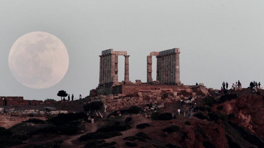 LA SUPERLUNA. Detrás del Templo de Poseidón en el Cabo Sunion, al sureste de Atenas, Grecia  (AP).