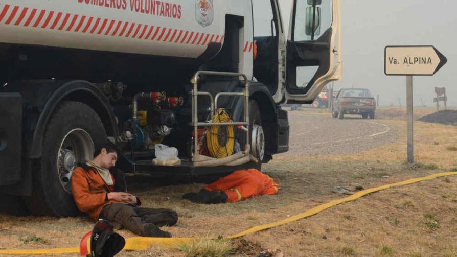 Cansancio extremo. Dos bomberos duermen a la sombra de un camión, después de una tarea extenuante (Gentileza Esteban Leuda).