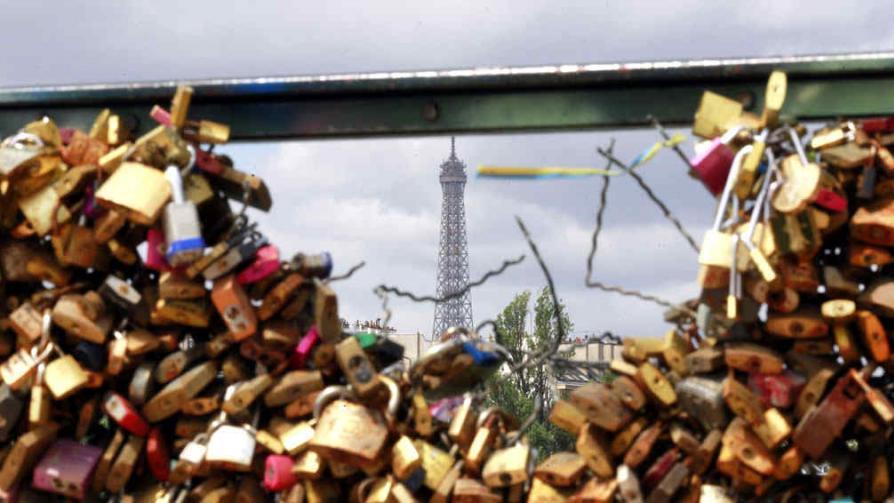 """Funcionarios de la ciudad de París han comenzado a quitar los """"candados del amor"""" de  los principales puentes de ciudad. (Ap)"""