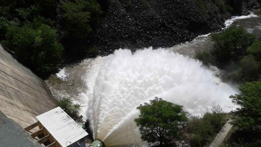 LA COLA DE LA NOVIA. Debido al importante caudal de agua que ingresó al lago San Roque, en virtud de las lluvias registradas en los ríos que conforman su cuenca, la secretaría de Recursos Hídricos determinó abrir la válvula 1 del Dique San Roque en un 40%.