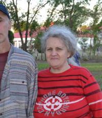 RÍO TERCERO. Valentina y Sergio en la huerta municipal de Río Tercero, adonde trabajan hace tres meses. Fotografía: La Voz del Interior.